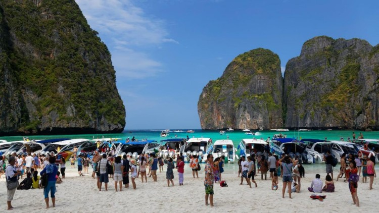 DGGHJ0 Numerous tourists flocking to Maya Beach, film location of The Beach with Leonardo Di Caprio, Koh Phi Phi Leh, Sudthailand