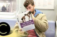 Čtení v metru – Chlápek čte knížky s neobvyklými názvy