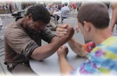 Dali si s bezdomovcem páku o 100 dolarů. Co se stalo pak, je neuvěřitelné!