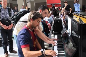 Dva pianisté improvizují na nádraží: Písničku z Intouchables zahráli skvěle