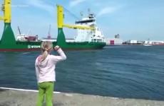 Holčička chtěla slyšet zatroubit nákladní loď. Dočkala se, ale nadšená nebyla