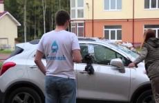 Holka se chce pomstít svému ex a splete si auto