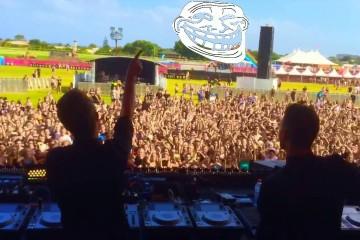 Jak to vypadá, když si DJ udělá srandu z lidí v klubu? No, asi nějak takhle..