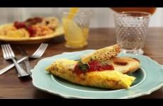 Omeleta bez pánve a uklízení? Trik se zapínacím sáčkem ohromí