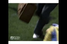 Parodie na zraněné fotbalisty: K záchraně stačí hřeben a lak na vlasy