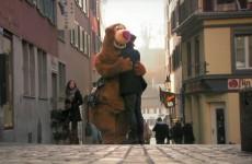 Plyšový medvěd nabízející objetí na ulici. Co tím autoři chtěli říct je úžasné!