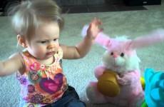Roztomilá holčička si hraje s tancujícím velikonočním zajíčkem