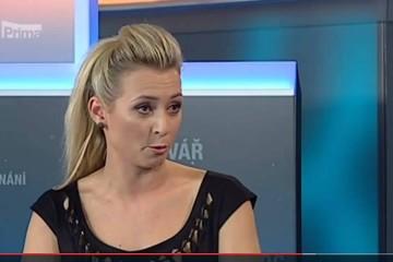 YouTuber FattyPillow postříkal reportérku TV Prima šlehačkou v přímém přenosu