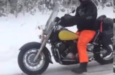 Že motorkáři nejezdí v zimě, to neznáte tohohle frajera